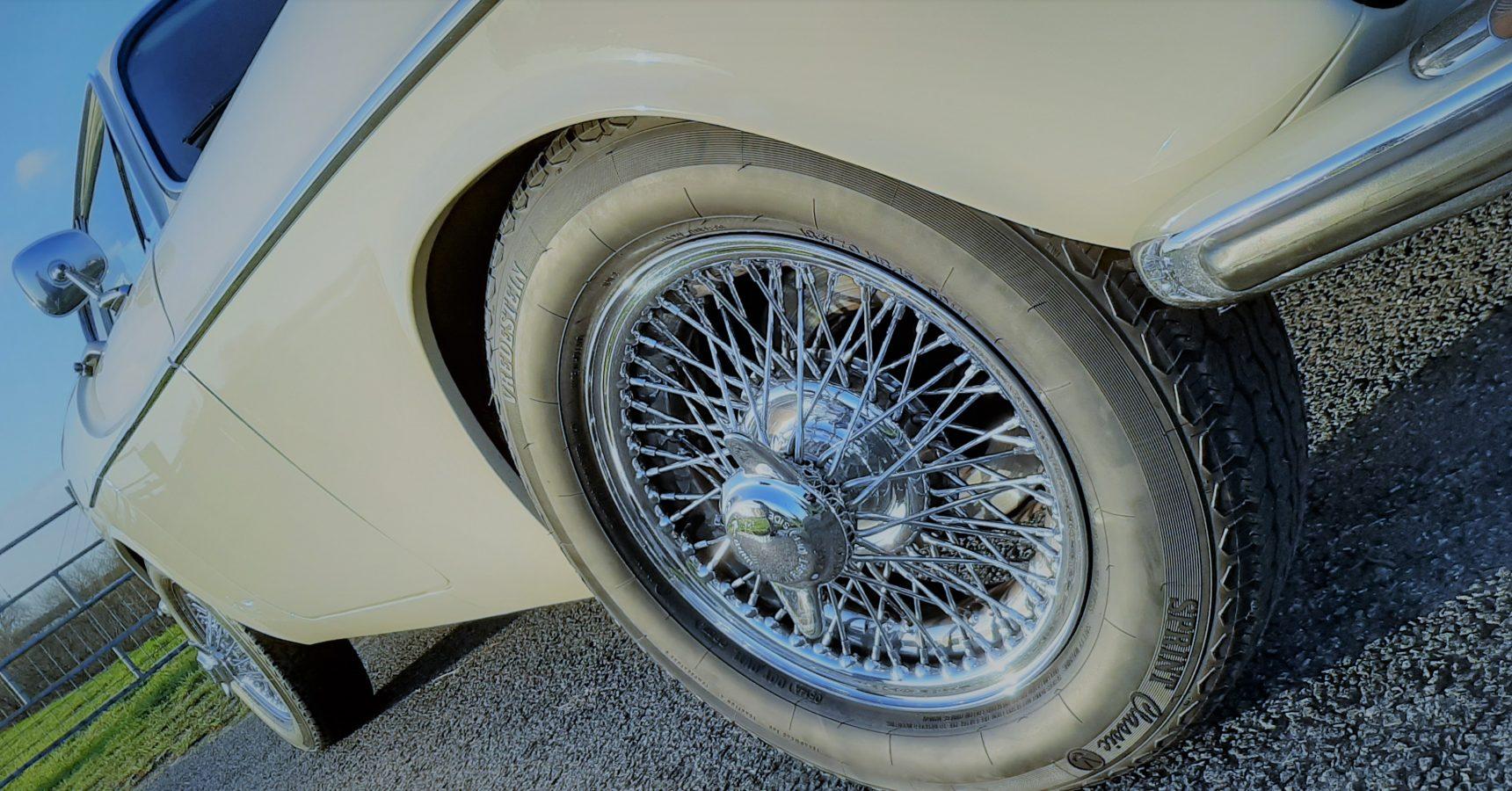 Klassiekrijden Volvo huren trouwauto Volvo P1800 Daf Fiat MG Amazon The Saint auto trouwauto huren Dagje toeren Trouwverhuur Klassiekrijden Roger Moore James Bond Klassieke auto Klassieker verhuur Trouwauto Wit witte trouwauto huren Sportauto Wit